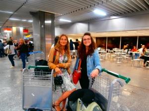 Jueves por la noche: Laia e Inés recién llegadas al aeropuerto de Río!