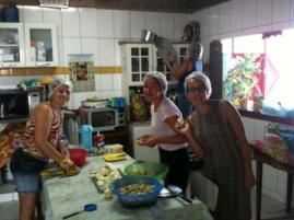 Katie y Rocío con personal de MN cortando cebolla.