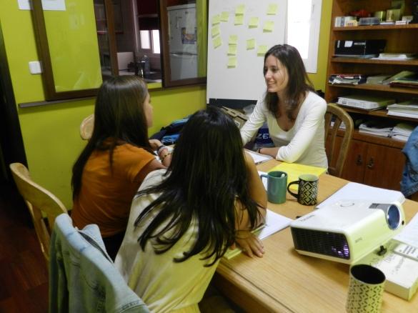 Inés, voluntaria del primer turno, contestando a las miles de preguntas de las dos nuevas voluntarias.